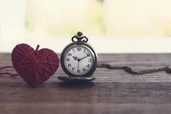 orologio da tasca antico di stile della collana con tricottare il cuore della lana sopra Immagine Stock