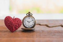 orologio da tasca antico di stile della collana con tricottare il cuore della lana sopra Immagini Stock
