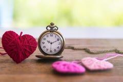 orologio da tasca antico di stile della collana con tricottare il cuore della lana sopra Fotografia Stock Libera da Diritti