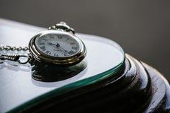 Orologio da tasca antico sulla Tabella di vetro Fotografie Stock Libere da Diritti