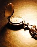 Orologio da tasca che mette su uno scrittorio Immagine Stock Libera da Diritti