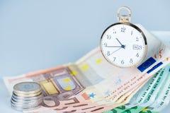 Orologio da tasca con le euro banconote e monete Immagini Stock