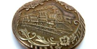 Orologio da tasca d'annata con bassorilievo di vecchio treno Fotografie Stock