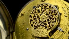 Orologio da tasca d'annata del meccanismo contro girare i precedenti neri Fine in su Suono stock footage