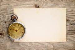 Orologio da tasca d'annata e vecchia cartolina Fotografie Stock Libere da Diritti