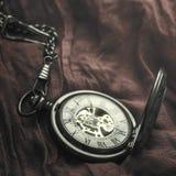 Orologio da tasca d'annata su tessuto Fotografia Stock