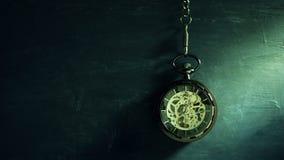 Orologio da tasca di lasso di tempo che appende sulla lavagna nera e sulla luce solare nella mattina video d archivio