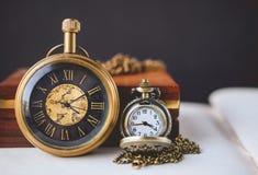 2 orologio da tasca e libro con il lato di vecchio libro e di spazio Fotografia Stock Libera da Diritti