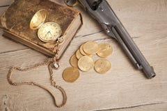 Orologio da tasca e libro dorati su legge Immagine Stock