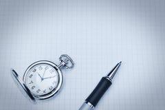 Orologio da tasca e penna a sfera. Fotografia Stock