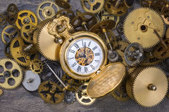 Orologio da tasca e vecchie parti dell'orologio - denti, ingranaggi, ruote fotografie stock libere da diritti