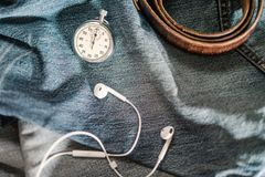 Orologio da tasca ed accessori del ` s degli uomini sul fondo dei jeans Fotografie Stock Libere da Diritti