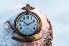 Orologio da tasca nella neve Fotografie Stock Libere da Diritti