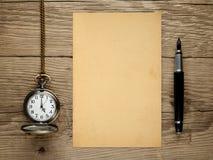 Orologio da tasca, penna stilografica e vecchia carta Fotografia Stock