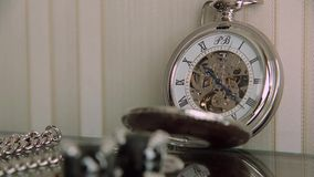 Orologio da tasca sul lasso di tempo della tavola stock footage