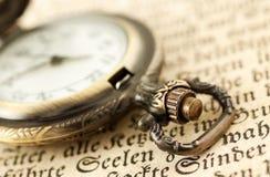 Orologio da tasca sul libro Fotografia Stock