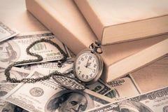 Orologio da tasca sulle banconote in dollari e sui libri, stile d'annata Fotografie Stock