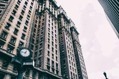 Orologio davanti ad una costruzione corporativa d'annata Immagini Stock Libere da Diritti