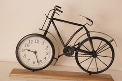 Orologio decorativo della bicicletta su accantonare in appartamento fotografia stock