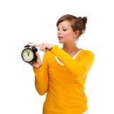 Orologio del alrm della holding della giovane donna Fotografia Stock