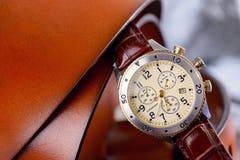 Orologio del cuoio dell'uomo per casuale Fotografia Stock