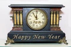 Orologio del manto del nuovo anno immagini stock libere da diritti