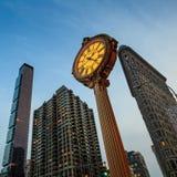 Orologio del marciapiede del ghisa della quinta strada del punto di riferimento immagini stock libere da diritti