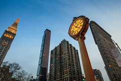 Orologio del marciapiede del ghisa della quinta strada del punto di riferimento Immagini Stock