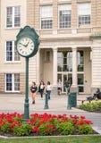 orologio del piedistallo e giardino ed istituto universitario del sindacato di studenti Fotografia Stock Libera da Diritti