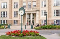 orologio del piedistallo e giardino ed istituto universitario del sindacato di studenti Fotografie Stock
