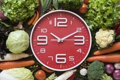 Orologio dell'alimento Concetto sano dell'alimento sulla tavola di legno Fotografia Stock