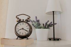 Orologio dell'annata nella sala immagini stock libere da diritti
