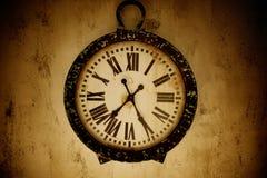 Orologio dell'annata su una parete Immagine Stock