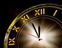 Orologio dell'oro su priorità bassa nera Fotografia Stock