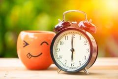 orologio dell'orologio del ` di 6 o retro con la tazza di caffè di sorriso immagine stock libera da diritti