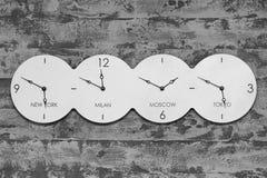 Orologio dell'ufficio con il mondo su fondo in bianco e nero Fotografia Stock Libera da Diritti
