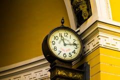 Orologio della città su una bella costruzione immagine stock