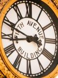 Orologio della costruzione della quinta strada fotografia stock