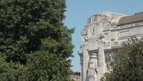 Orologio della facciata della stazione di milano centrale archivi video
