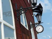 Orologio della stazione ferroviaria e retro altoparlanti d'annata sulla costruzione della stazione La seconda guerra mondiale int Fotografie Stock