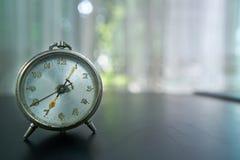 Orologio di Alam, nelle prime ore del mattino con bokeh immagine stock