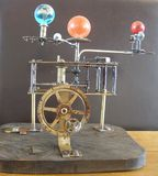 Orologio di arte dello steampunk del Orrery con i pianeti del sistema solare Immagini Stock