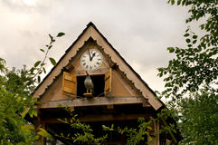 Orologio di cuculo del giardino fotografia stock libera da diritti