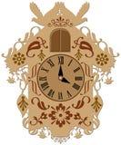 Orologio di cuculo marrone decorato ricco Immagine Stock