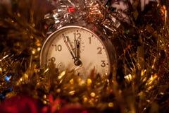 Orologio di festa di Natale con le decorazioni immagine stock