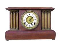 Orologio di legno antico del manto isolato. fotografie stock libere da diritti