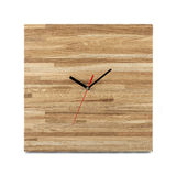 Orologio di legno semplice della parete - orologio quadrato isolato su backgr bianco Fotografia Stock