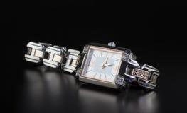 Orologio di lusso dei woman's della foto sul nero Fotografia Stock Libera da Diritti