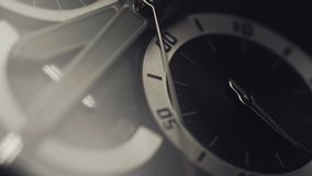 Orologio di lusso - macro colpo dello studio Bello orologio meccanico dell'acciaio inossidabile Cronografo vicino su con la secon archivi video