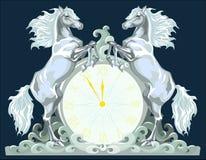 Orologio di nuovo anno con due cavalli, 5 minuti a 12. Immagini Stock Libere da Diritti